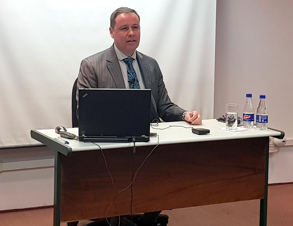 Promotor de Justiça durante aula